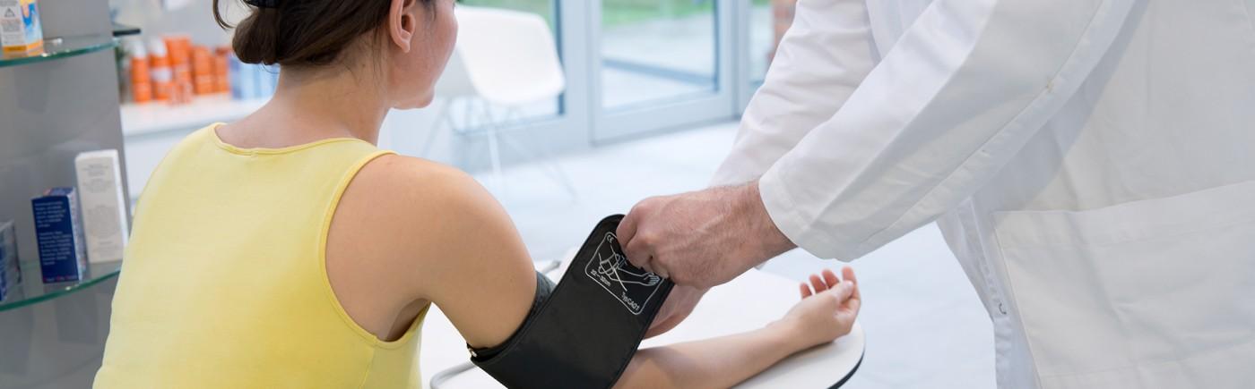 Apotheker beim Blutdruckmessen